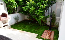 Garden with grill and shower in studio S3 Oleandar in Bol